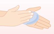 1.流水で手を湿らせ、石けんあるいは洗浄剤を用いる